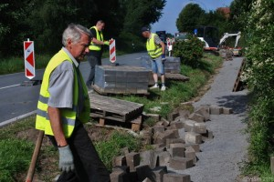 Bau des Fahradweges im Dorf, Krinkrentner im Einsatz.
