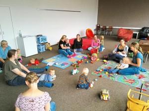 Viel Spaß haben die Babys und Kleinkinder bei ihren wöchentlichen Treffen im Obergeschoss der ehemaligen Grundschule in Vadrup. Foto: Niemann