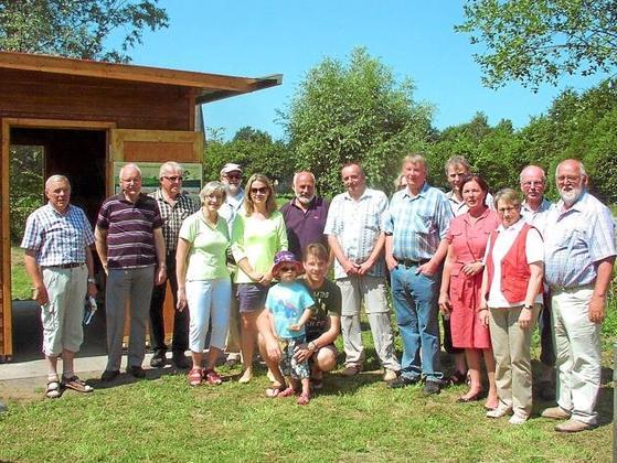 Der Imkerverein Telgte veranstaltete einen Tag der offenen Tür am neuen Bienenhaus auf dem Festplatz in Westbevern. Neben den Aktiven waren auch die Krinkrentner, die beim Aufbau mitgeholfen hatten, sowie Interessierte gekommen.Foto: WN/Niemann