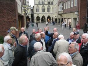 Josef Möllers inmitten der Krinkrentner vor dem historischen Rathaus