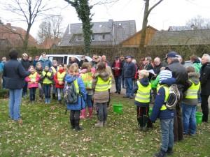 Krinkvorsitzende Friederike von Hagen-Baaken begrüßt Kinder und Krinkrentner