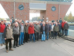 Krinkrentner besichtigen die Kanalschleuse in Münster