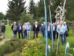 Karl-Erich Böttcher führt die Krinkrentner durch den Heidegarten