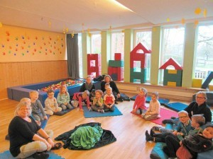 """Hildegard Markfort (l.) verstand es, den Mädchen und Jungen des Kindergartens """"Sternenzeltes"""" die Märchen näher zu bringen. Foto: Niemann"""